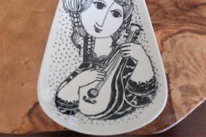 1950年代 ビョルン・ヴィンブラッド(Bjorn Wiinblad 1918-2006 )デザイン デンマーク・二モール窯 楽器を奏でる女性・トリオ 3枚セット組み